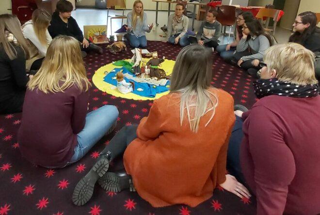 Schüler im Sitzkreis