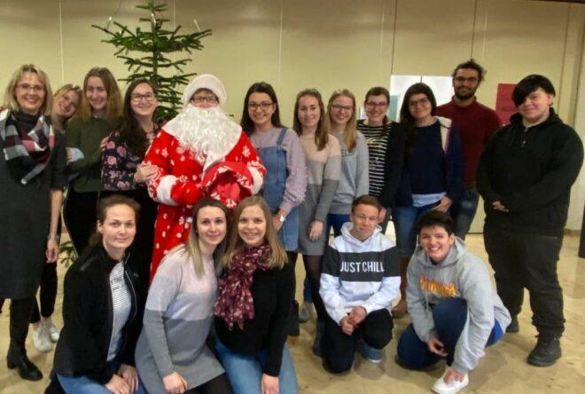 Schüler der K 11 mit dem Nikolaus