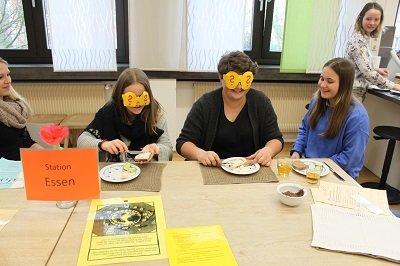 """Schülerinnen der K 11 bei der Station """"blind essen"""""""
