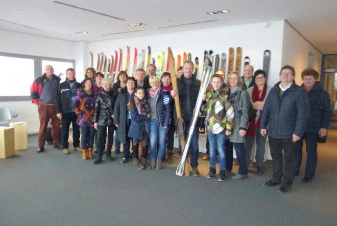 Gruppenfoto beim Besuch der Skifabrik Völkl