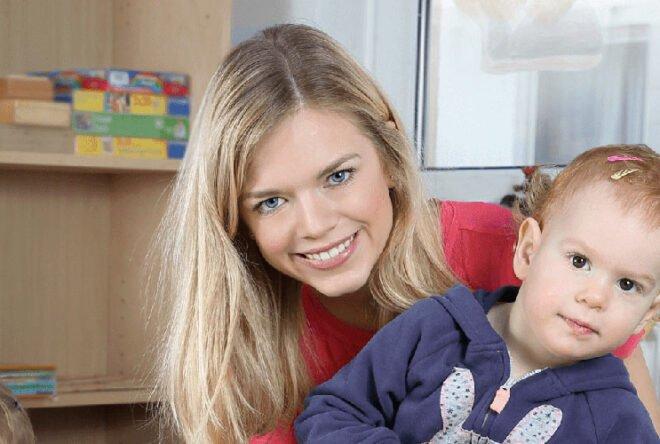 Kinderpflegerin mit einem Kleinkind