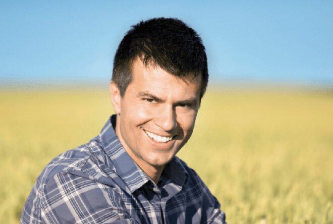 Mann sitzt in einem Getreidefeld