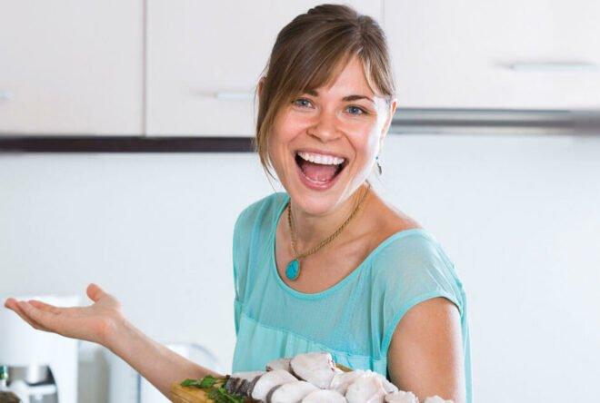 junge Frau mit Küchenbrett
