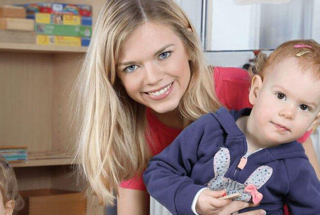 Kinderpflegerin mit zwei Kleinkindern