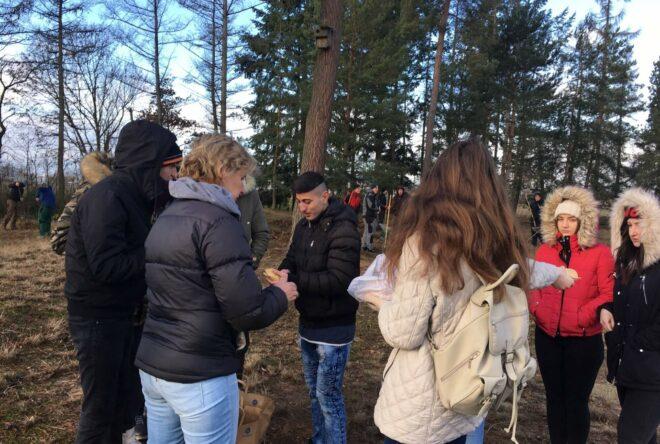 Schüler beim Silbergrasprojekt im Gebiet des Hafens Straubing-Sand