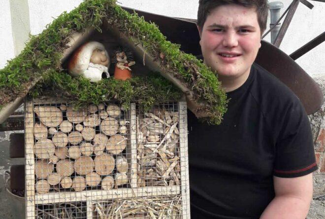 Hacker Maximilian mit seinem Insektenhotel