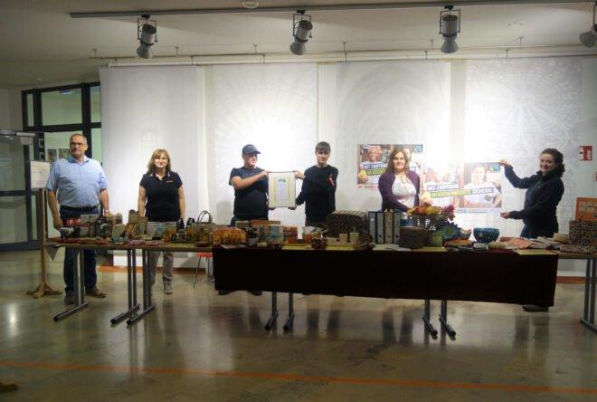 Schüler beim Fairtrade-Verkauf
